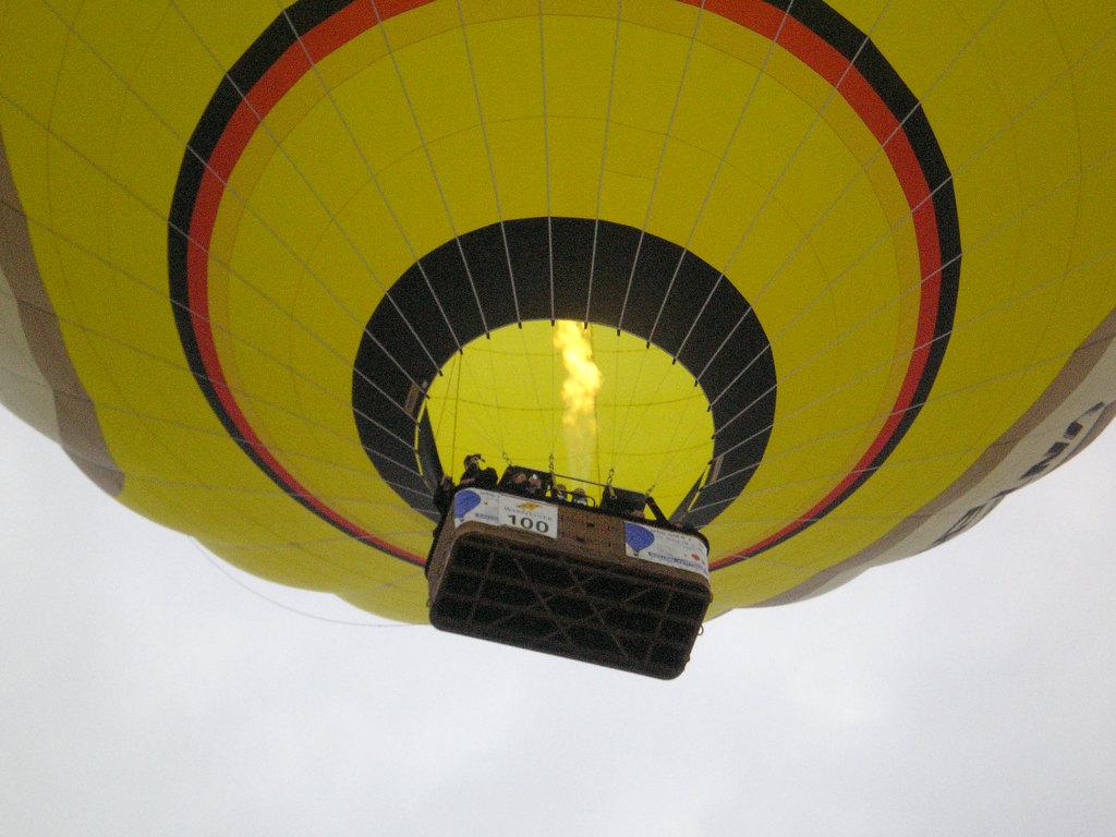 Warsteiner Internationale Montgolfiade - Blick in den Ballon beim Überflug